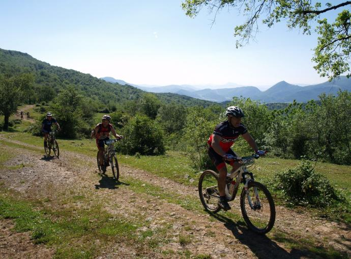 Tres ciclistas practican mountain bike.